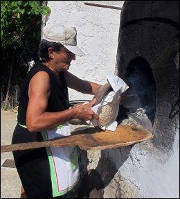 BRØDBAKER: Toulio Anastasi er en av øy-kvinnene som opprettholder tradisjonen med å bake surdeigsbrød for hele uka hver lørdag. Foto: MONA LANGSET