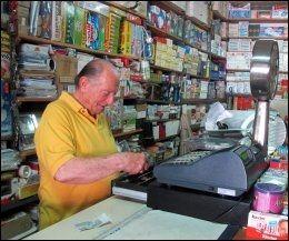 BUTIKKEN: På noen få kvadratmetere selger Petrus (77) det meste du kan ha bruk for i dagliglivet. Foto: MONA LANGSET