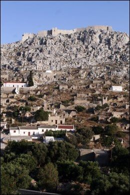 FESTNING: Festningen over den gamle landsbyen, Chorio, ble bygget av Johannitterriddere fra Rhodos på 1400-tallet, på tuftene av et mer enn 2000 år gammelt tempel. Det er en sti fra Chorio opp til festningen. Foto: MONA LANGSET
