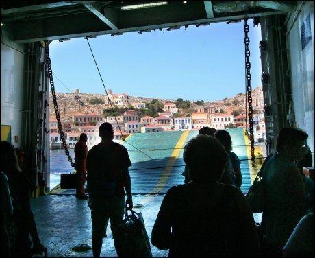 FØRSTEINNTRYKKET: Når du ankommer Chalki med båt, ser du hele havnebyen Emborio, med pastellfargede hus i skråningene rundt havnen, og fjellmassivene rundt. Foto: MONA LANGSET
