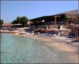 PONDAMOS: Øyas eneste sandstrand, ti minutters gange fra havnen.Tavernaen her er åpen hver dag om sommeren på dagtid, og på kveldstid lørdag og søndag. Foto: MONA LANGSET