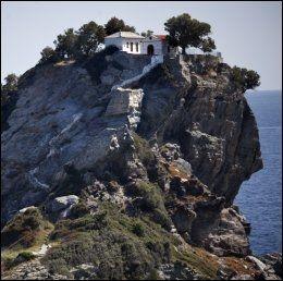 SKOPELOS: Kapellet der Meryl Streep og Pierce Brosnan giftet seg i Mamma Mia-filmen, kan besøkes på Skopelos. Foto: TERJE BRINGEDAL