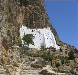 AMORGOS: Hozoviotissasklosteret er bygget inn i fjellet på Amorgos. Foto: EGIL SVENDSBY