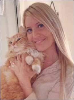 HOLDER VAKT: Tonje Kvamme fra Haugesund er en av privatpersonene som nå utlover dusør for å finne kattedrapsmannen i byen. Her er hun sammen med katten Tigergutt. Foto: PRIVAT
