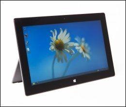 PRAKTISK: Også uten tastatur kan Surface stå av seg selv, takket være støtten på baksiden. Foto: FRODE HANSEN