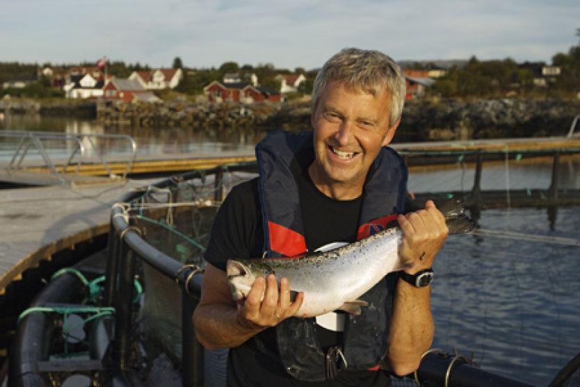 I LAND, I LAND!: Arnfinn Torgnes på Norsk Havbrukssenter gleder seg til å vise fram norsk oppdrettslaks til Hurtigrute-turistene, mens skipet ligger til kai i Brønnøysund. Til kvelds blir det laksemiddag om bord! Foto: Norsk Havbrukssenter