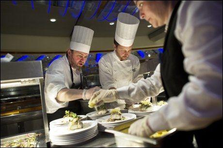 SERVERER MYE FISK: Hurtigrute-kokkene tilbereder mye fisk, og nå får passasjerene sjansen til å se norsk havbruk og fiskeoppdratt på nært hold underveis. Foto: Gøran Bohlin
