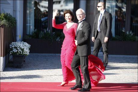 KONGEFEST: Kong Carl Gustaf og dronning Silvia kom like før klokken 19 til Grand Hotell. Foto: MATTIS SANDBLAD/ VG