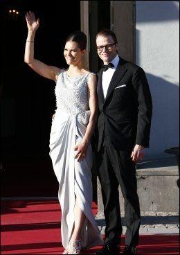 KLAR FOR FEST: Kronprinsesse Victoria og prins Daniel tok seg tid til å vinke til de oppmøtte utenfor Grand Hotell. Foto: MATTIS SANDBLAD