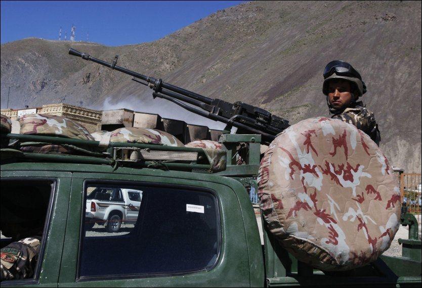 HYSJ-HYSJ: En afghansk soldat holder vakt på stedet der Taliban nylig gjennomførte et selvmordsangrep i Pansjir-provinsen. Både i Afghanistan og i mange andre konflikter spiller Norge en aktiv rolle som fredsmegler. Men det vil ikke norske myndigheter snakke om, ifølge en ny bok. Foto: REUTERS, NTB SCANPIX