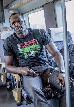 I GODT HUMØR: Usain Bolt lot seg intervjue av noen få medier på Flytoget på vei til Oslo sentrum. Foto: Stian Lysberg Solum / NTB Scanpix