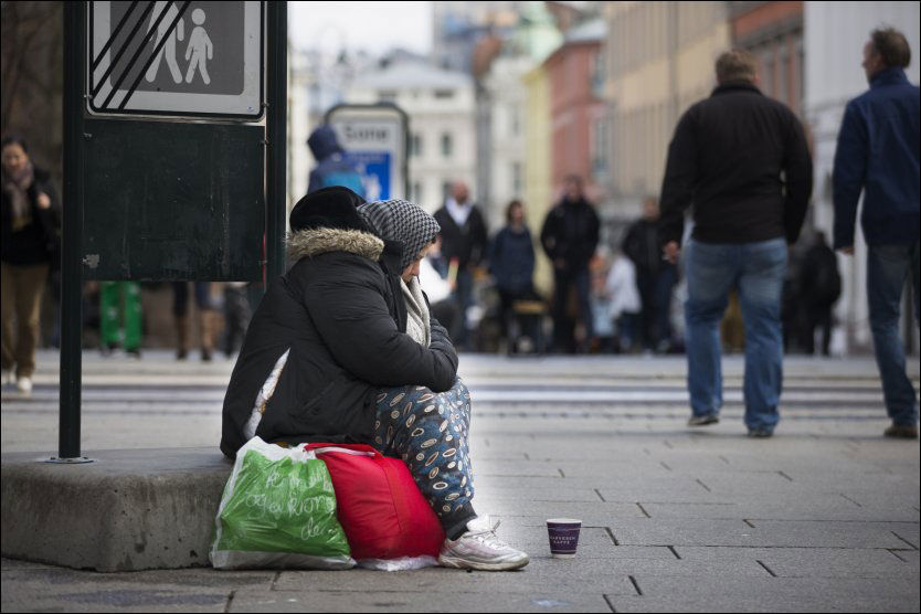 SKAL FÅ FLERE TILBUD: Regjeringen ønsker ved hjelp av en tilskudssordning å legge til rette for at kommuner og frivillige kan søke om støtte til humanitære tiltak. Her tigger en kvinne på Karl Johans gate i Oslo i april. Foto: FRODE HANSEN/VG