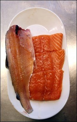 REKER OG KREPSDYR: Villaksen får rødfargen gjennom reker og andre krepsdyr i havet, mens oppdrettslaksen er nødt til å få denne fargetilsettingen kunstig, gjennom fargestoffet astaxanthin. Det tilsettes fôret oppdrettslaksen får.