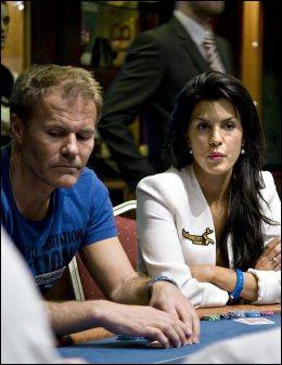 SPONSET POKERSPILLER: Aylar Lie var profesjonell pokerspiller i Team Betsson i to år. Her under poker-NM i Riga i 2010 sammen med tidligere fotballspiller Bent Skammelsrud som spilte for NordicBet. Foto: Robert S. Eik