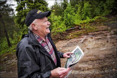 HAR NORGESKJENT SAU. Saueeier Kjell Egil Hage tok seg i går en runde i skogen på Rognes for å se etter fårehelten. Men det strie regnværet gjorde det vanskelig å oppdage den brekende heltinnen. - Sauene søker ly inne i skogen nå, sa Hage. Foto: ØYVIND NORDAHL NÆSS