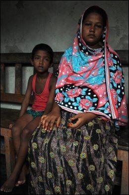 MISTET MANNEN: Ektemannen til Shona Bhanu (25) jobbet i en av tekstilfabrikkene i Rana Plaza, som kollapset 24. april 2013. Ektemannen hennes er fremdeles savnet, og nå må den gravide kvinnen og hennes seks år gamle datter overleve på kreditt. Den unge kvinnen ser ikke lyst på fremtiden. Her er hun fotografert utenfor huset der hun bor i Savar, en forstad til hovedstaden Dhaka i Bangladesh. Foto: STIAN EISENTRÄGER