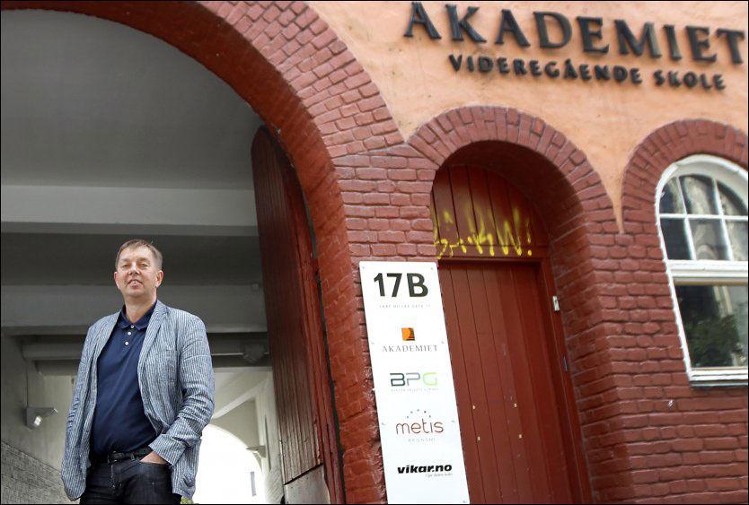 FÅR BOT: Eier og styreleder Helge Teige foran Akademiets lokaler i Bergen i juni i fjor. Foto: HALLGEIR VÅGENES