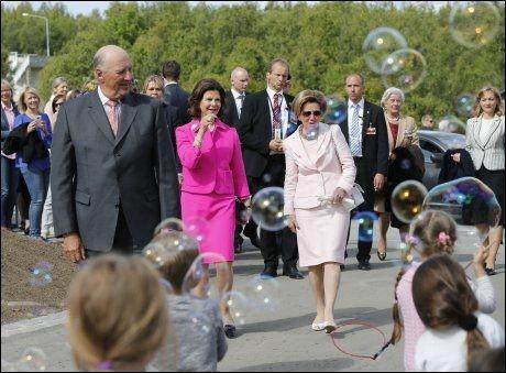 BOBLENDE: Kong Harald, dronning Silvia og dronning Sonja ble møtt av bobleblåsende barn, da de ankom Vitensenteret i Tromsø i går. Dronning Sonja startet like etter at dette bildet ble tatt jakten på boblene.FOTO: CORNELIUS POPPE/SCANPIX