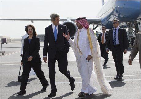 TOPPMØTE: 11 ministre fra gruppen «Syrias venner» møttes lørdag i Qatar for å diskutere hvordan de kan hjelpe de syriske opprørerne. Her er USAs utenriksminister John Kerry på vei til møtet. Foto: AP, NTB SCANPIX