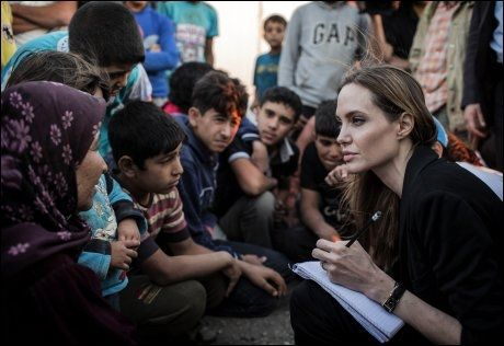 ØKT OPPMERKSOMHET: Skuespiller Angelina Jolie besøkte denne uken syriske flyktninger i nabolandet Jordan. Så langt er 90.000 drept i krigen, mens flere hundre tusen er drevet på flukt. Foto: AFP, NTB SCANPIX