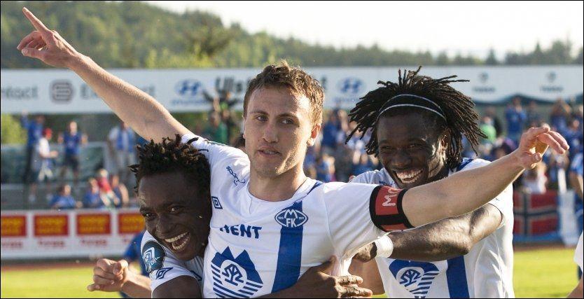 FORLATER NORGE: Magnus Wolff Eikrem, her omkranset av Emmanuel Ekpo (t.v.) og Daniel Chima Chukwu etter å ha scoret mot Hødd i cupen, skal spille i Nederland. Foto: Scanpix