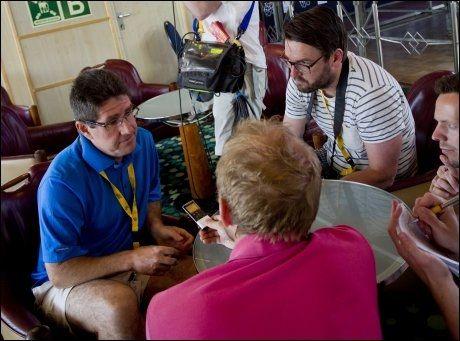 MÅTTE GI SVAR: Paul Kimmage måtte snakke med kolleger i pressen etter Team Skys pressekonferanse for å forklare sin mening. Foto: Daniel Sannum Lauten, VG