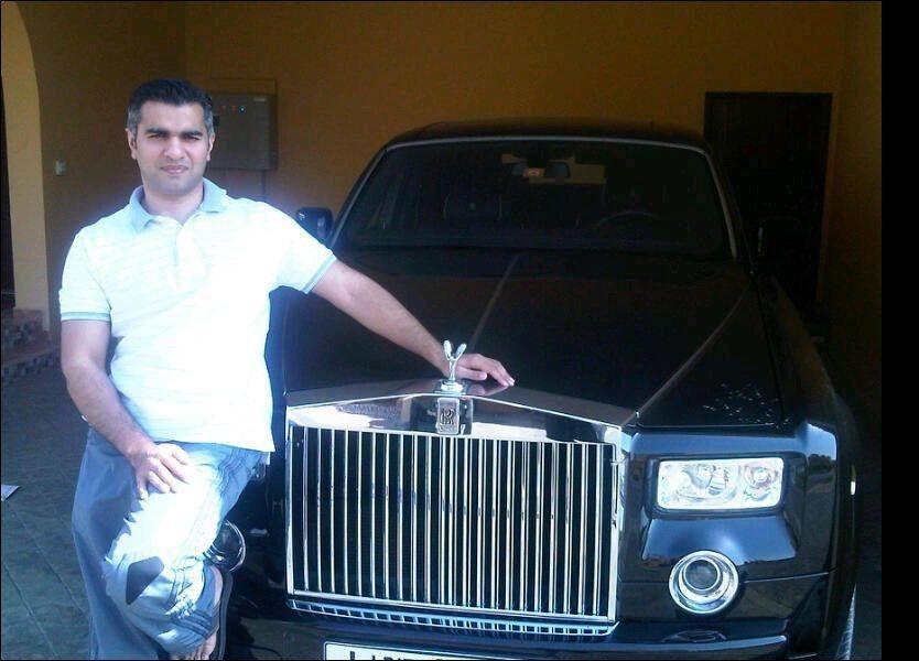 ROLLS ROYCE: Her poserer Umar Farooq Zahoor foran en Rolls Royce som Sonia Rashid hevder han kjøpte etter bedrageriet mot Nordea i 2010. (Foto: PRIVAT)