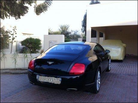 BILPARK: Sonia Rashid (44) hevder at bildet viser en Bentley 2009-modell som tilhører Zahoor og er parkert i innkjørselen til Zahoors luksusvilla i fasjonable Emirates Hills. - Han byttet ut 2009-modellen med en 2012-modell i fjor høst, sier Rashid.