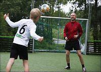 Solhjell bekymret for fjortis-flukt fra fotballen