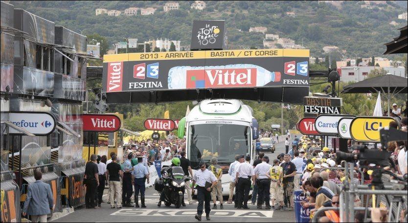 BUSSKAOS: Denne bussen skapte kaos like før målgang. Den ble etter hvert fjernet og rytterne kunne gå i mål på vanlig vis. Foto: NTB Scanpix