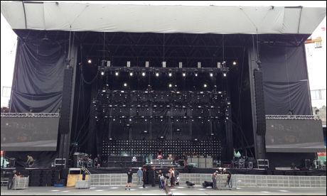 STORSTUE: Dette er en av de største sceneproduksjonene som er satt opp Ullevaal noensinne. Foto: Privat