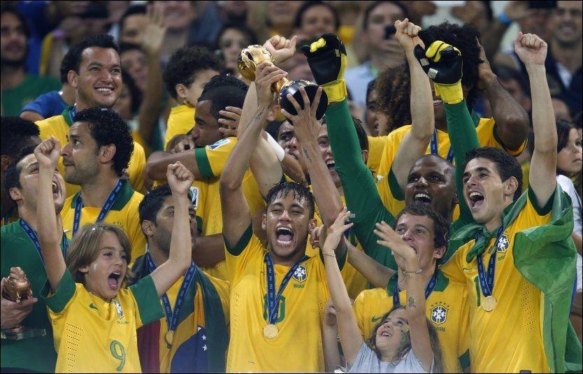 NYE HELTER: Neymar løfter trofeet etter å ha vunnet Confederations Cup sammen med sine landsmenn. Foto: AP