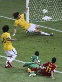 FORSVARSHELT: David Luiz klarer på utrolig vis å få Pedros avslutning over målet. Marcelo og Julio Cesar kan puste lettet ut etter lagkameratens innsats. Foto: Reuters