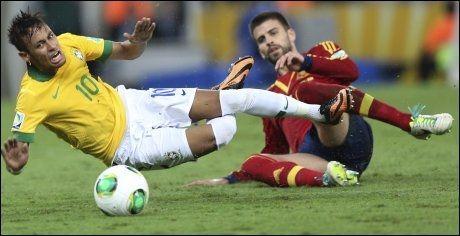 UTVIST: Gerard Pique fikk rødt kort etter å ha klippet ned Neymar da det gjensto 22 minutter av ordinær tid. Foto: AP