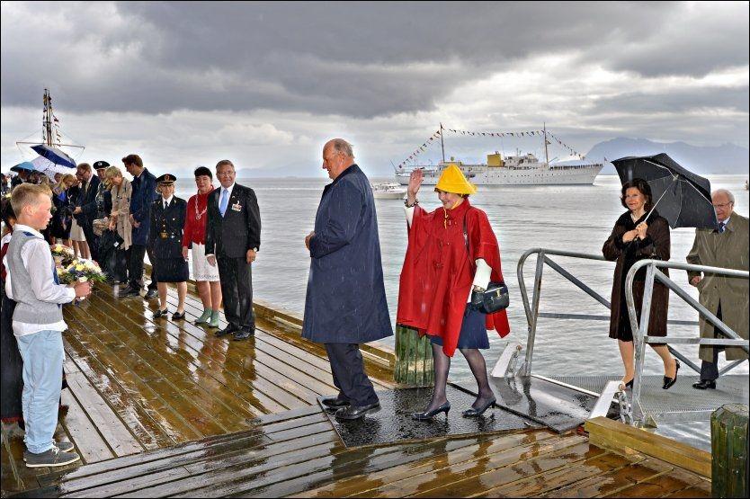 VÅTT I NORGE: Kong Harald og Dronning Sonja ankommer Harstad sammen med Sveriges Dronning Silvia og Kong Carl XVI Gustaf på sin Nord-Norge tur. I bakgrunnen Kongeskipet Norge. Foto: TERJE MORTENSEN / VG