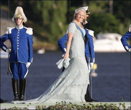 BETALT SELV? VG vet at kronprinsessen fikk denne Pucci-kjolen spesialsydd til prinsesse Madeleines bryllup i Stockholm. Fra Pucci-butikken i London opplyser de at spesialsydde kjoler har en startpris på 70.000, men at de ofte kan koste langt mer. Om denne kjolen var en gave eller kjøpt på rabatt, er ikke kjent. FOTO: NTB SCANPIX