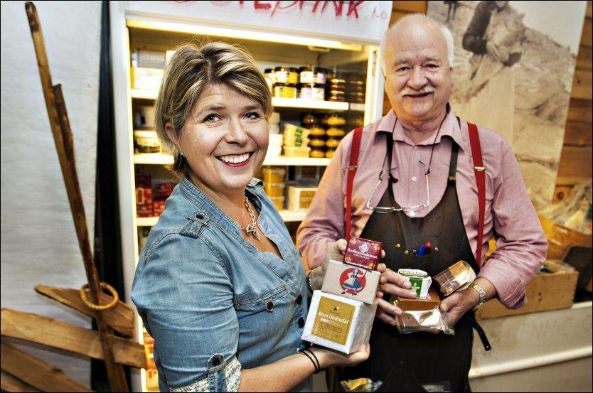 NORSK BRUNOST: Nina Sundqvist, direktør i Matmerk og Gudbrand Bræk,som leder Fenaknoken familiebedrift med forskjellige brunoster, mener Norge bør greie å holde brunosten helt norsk. Nå kan den lages på svensk melk. Foto: Roger Neumann