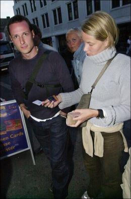 FESTIVALGJENGERE: Kronprinsen var på Quartfestivalen i 2000 med kjæresten Mette-Marit, her er paret fotografert utenfor utestedet Kick i Kristiansand. Foto: THOMAS BJØRNFLATEN/VG