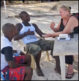 SELGER SEX: To kenyanske mannlige prosituterte i samtale med Tara-journalist Lene Wikander. Mennene har samtykket til publisering av bildet. Foto: Tarapi.no