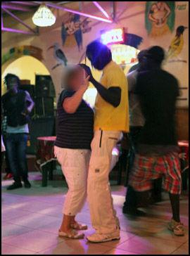 KURTISE: Dansegulvene i utelivsgaten i Senegambia i Banjul er en arena der eldre kvinner møter unge lokale gutter og menn. Foto: Roar Dalmo Moltubak