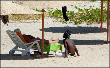 DET FØRSTE MØTET: Unge gutter i Gambia søker til strendene og de eldre kvinnene på charterferie. Foto: Roar Dalmo Moltubak