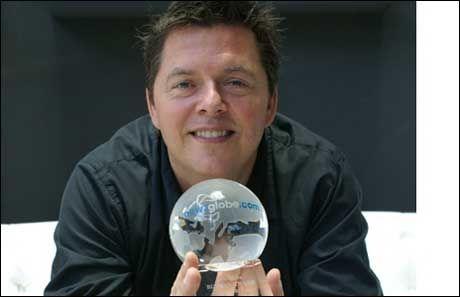 PRISVINNER: Marte Dalelv ble rekruttert fra Norge til å jobbe i møbelkjeden The One, som er eid av svenske Thomas Lundgren. Her er Lundgren avbildet da han ble tildelt den arabiske næringslivsprisen «The Biz Man Award» i 2011, for sin suksess i møbelbransjen. Foto: NEWZGLOBE.COM