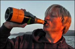 STOLT: Rett etter at fisken var ferdigmålt fikk Asgeir Alverstad feiret med en flaske champagne. Foto: Privat