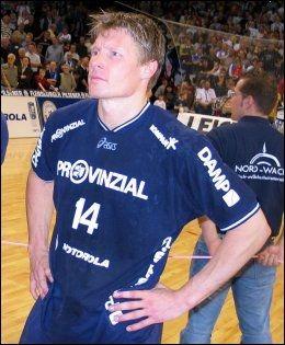 LANG KARRIERE: Johnny Jensen har en lang karriere bak seg på håndballbanen. I kveld tar det slutt. Her etter Champions League-finalen i 2004. Foto: Ole Kristian Strøm, VG