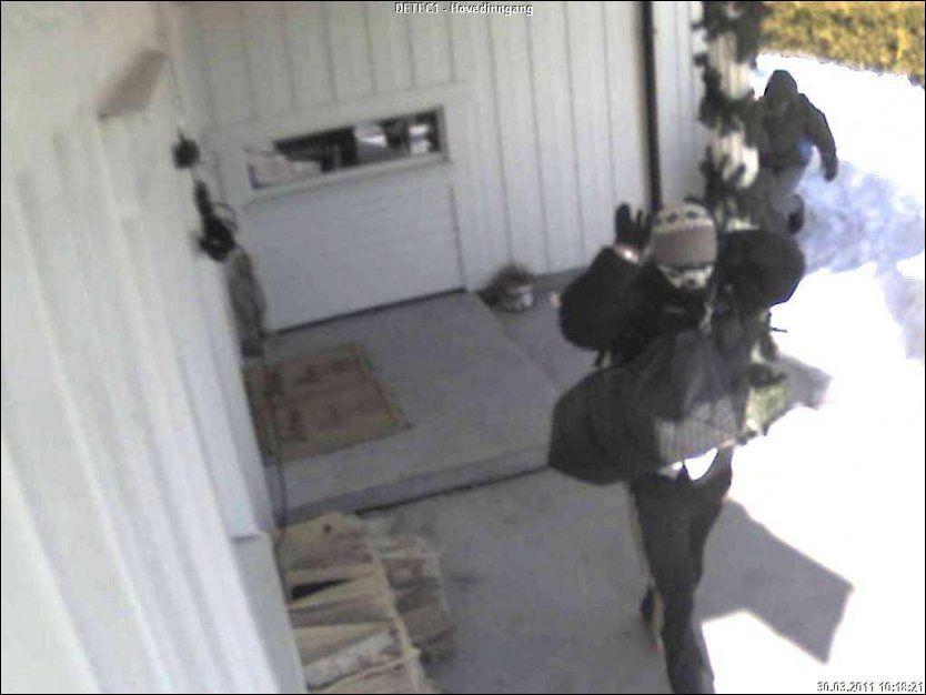 INNBRUDD: Tre chilenere maskererer seg før grovt tyveri fra bolig i osloområdet. De ble pågrepet av Etterretning- og vinningsavsnittet ved Majorstua politistasjon, etter spaning, og dømt til ubetinget fengsel i ti måneder i juli 2011. FOTO: POLITIET