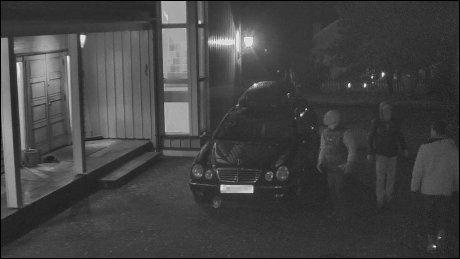 REKOGNOSERING: Utenlandske vinningskriminelle fra Albania rekognoserer før de skal begå et boliginnbrudd i Oslo. Bilen tilhører ikke innbruddstyvene. Personene er pågrepet og dømt for flere grove tyverier fra bolig. Foto: POLITIET