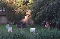 Ungt par tatt i hyrdestund på kirkegård i Bergen