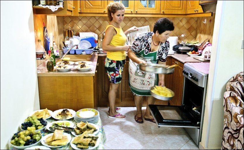 MYE MAT: Lulezime og datteren Vjollca bruker mange timer på kjøkkenet når de skal ha utenlandske gjester til middag. Foto: HILDE MESICS KLEVEN