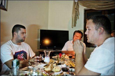 MIDDAG MED PRAT: Far sjøl, Guri, ved enden av bordet, flankert av sønn Artin t.h og kommende svigersønn Vilson t.v. Foto: HILDE MESICS KLEVEN