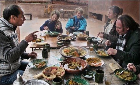 MAROKKO: På tur med Adil Mferrek (t.v), spiser Karen Josefa Hareide Killi, Lukas Leander Harnes Langset, Sina Hareide Killi og Inge Hareide, lunch hos en berberfamilie i Atlasfjellene. Foto: MONA LANGSET
